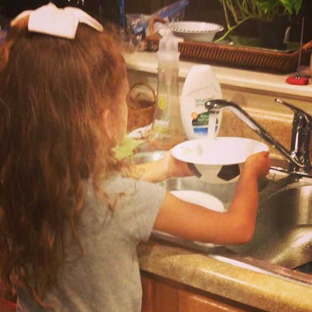 6yo doing dishes