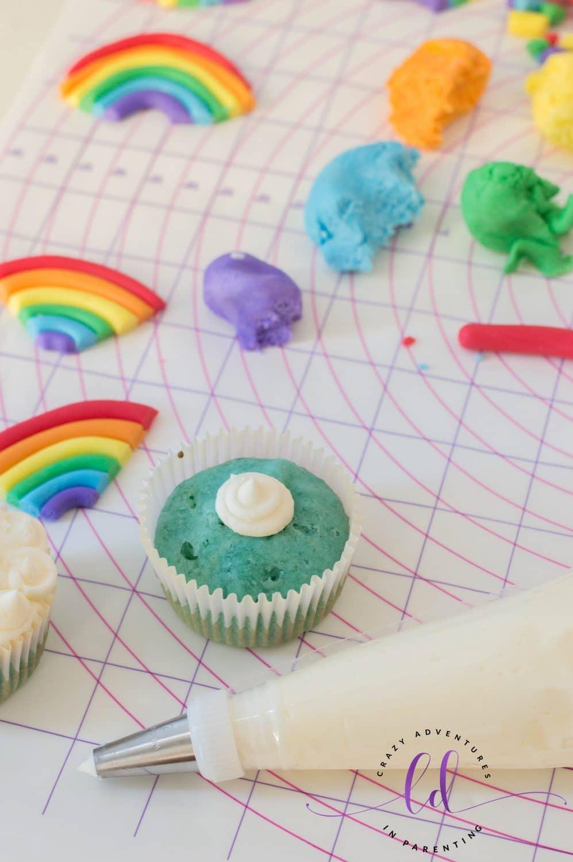 Decorating Rainbow Cupcakes